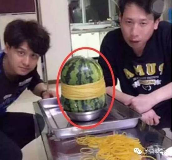 话说前阵子国外某网站做了一个实验,用多少根皮筋才能把西瓜勒爆。于是乎,两位爱玩的中国网友买来一堆皮筋,决定亲自试验一把这个丧心病狂的挑战。