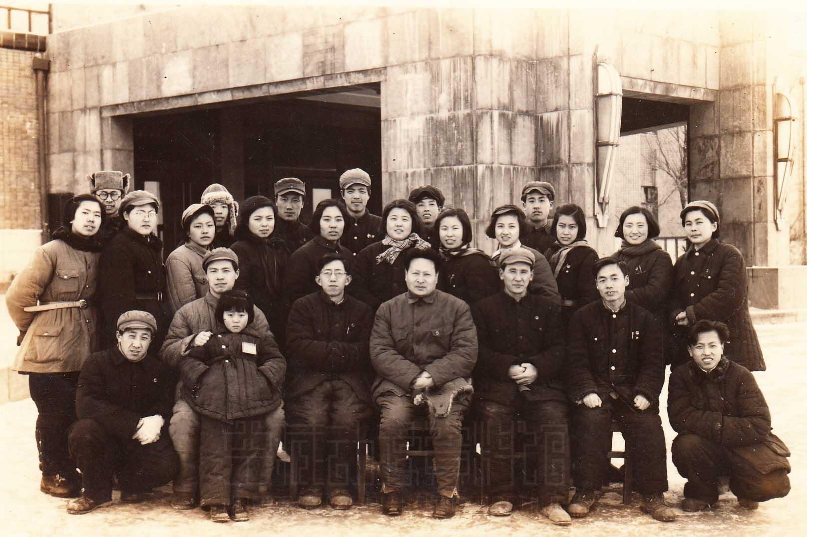 1950年东北电影制片厂美术片组全体人员迁往上海的纪念照(段孝萱提供)