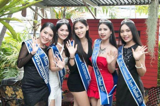 泰国北榄府的17岁女孩阿敏(卡妮塔)是今年泰国Miss Uncensored News Thailand选美比赛的冠军。她过去和妈妈以捡垃圾为生,在摘下选美桂冠后,她向站在垃圾桶旁前的母亲跪拜谢恩。这个孝顺的女孩目前还在继续帮妈妈分拣垃圾!